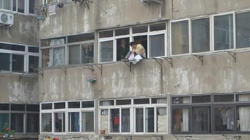 男子欲轻生跳楼 被消防员用水枪滋回屋里