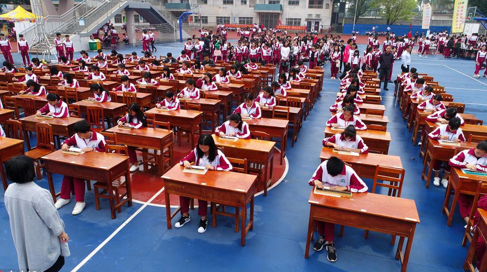 """海口百名学生同场""""算珠""""比拼 考验学生严谨细致"""