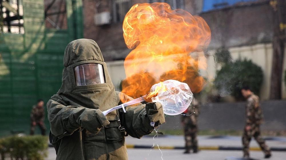 西安:实验证明网红气球充氢气后 遇明火发生燃爆