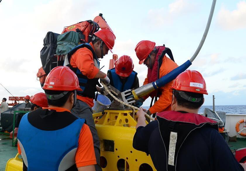 中國首次環球海洋綜合科考開展電視抓鬥作業