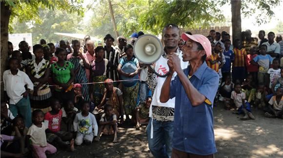 在刚果民主共和国宣传艾滋病防治知识