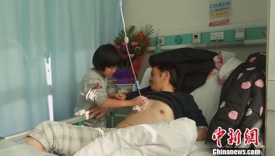 青海8岁女孩辍学照顾重病父亲一天收到近2万元捐款