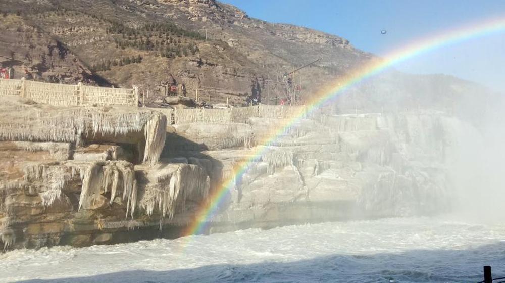 受持续降温影响 黄河壶口瀑布现冰挂美景