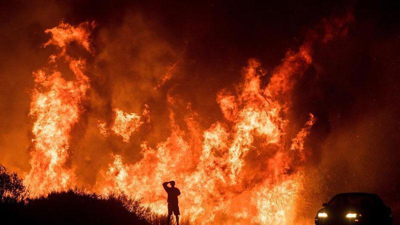 """美国加州山火失控 火光熊熊如""""末日景观"""""""