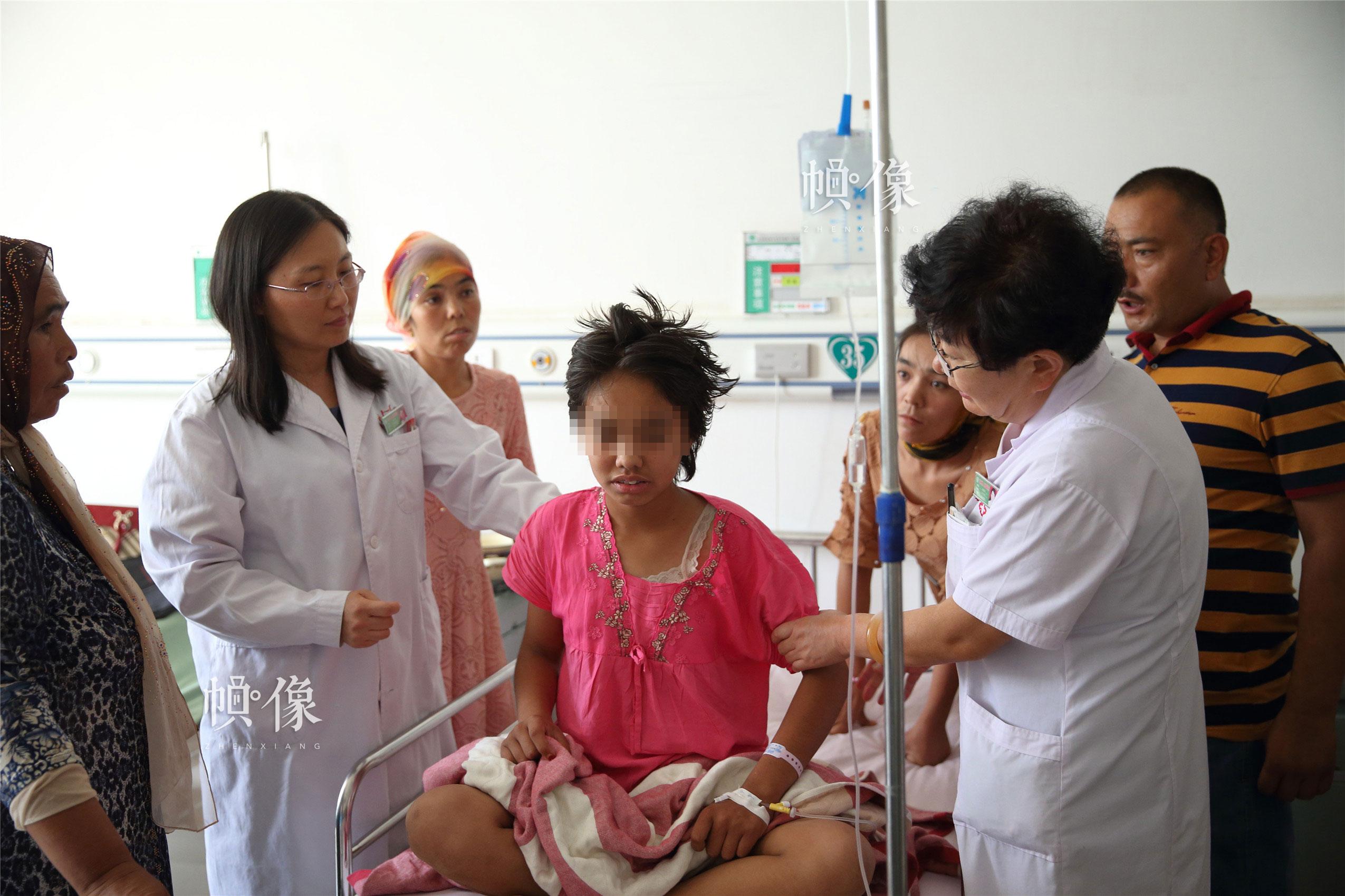"""""""全國兒科醫師培訓項目""""專家走進病房,為當地兒童患者診治。中國網記者 陳維松 攝"""