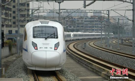 西成高铁首发司机:铁轨像架上天 火车开出飞机味