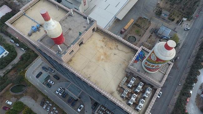 郑州:写字楼顶现10米高巨型酒瓶 市民调侃看看就醉了