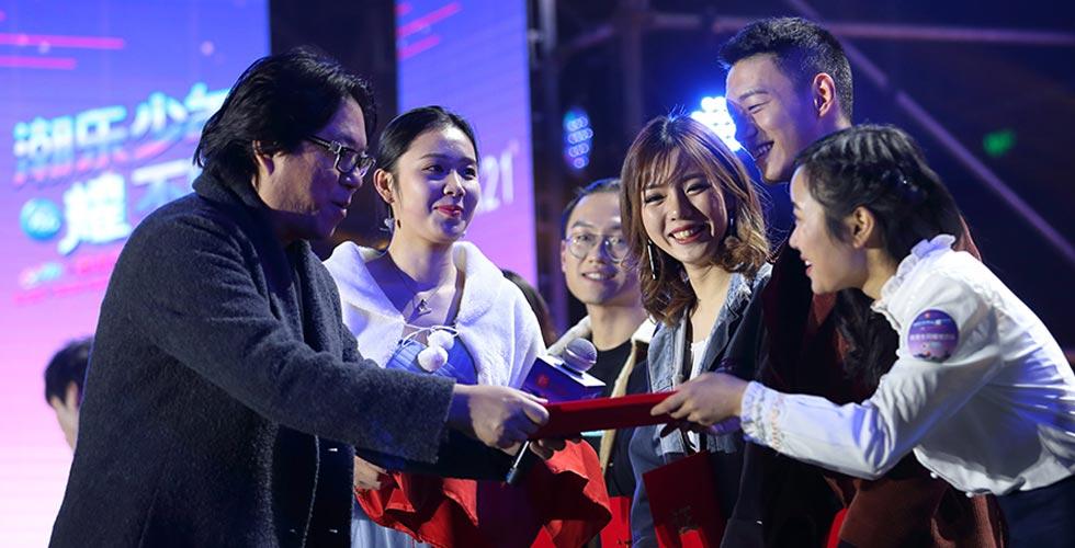 高晓松为校园歌手大赛颁奖 自称16岁才开始听英文歌