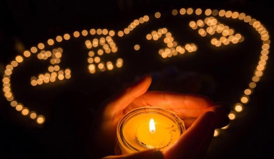 南京大学生点亮烛光悼念遇难同胞