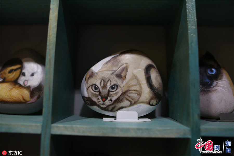 图为已经完成的一件猫咪石头画作品.