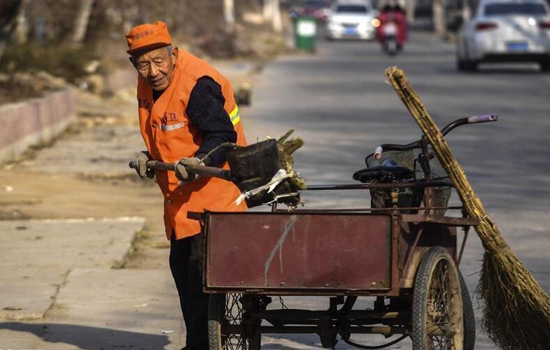 河北:八旬老黨員義務掃村街20餘年