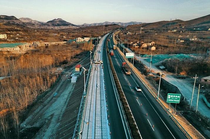 济南建全球首条光伏高速公路 年底竣工通车发电