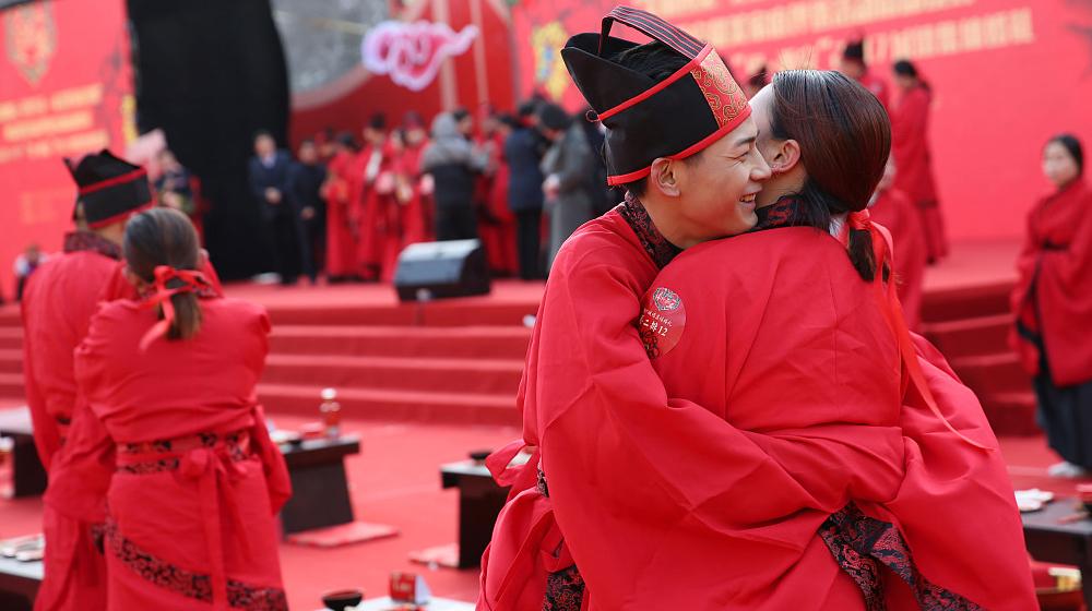"""西安城墙上演""""汉代婚礼"""" 吸引众多游客围观"""