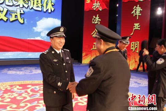 """长春警方为366名民警颁发""""荣誉勋章"""""""
