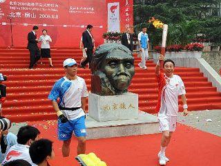 الشعلة الاولمبية تستهل ساعاتها الاخيرة من التتابع في موقع اثري ببكين
