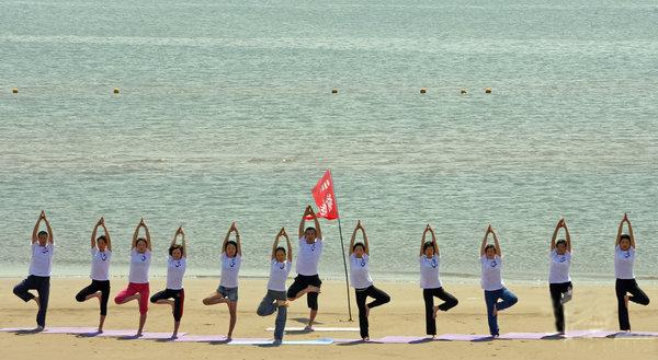 اليوغا على الشاطئ يوم 31 مايو 2009 في
