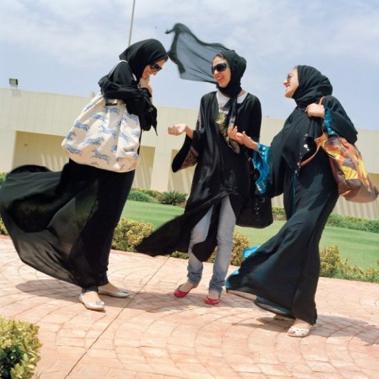 ثلاث طالبات في جامعة عفت السعودية التي تعتبر أول كلية أهلية للبنات في  السعودية، وتشمل تخصصاتها هندسة الديكور والتسويق والعلوم الإدارية وإدارة  الأعمال وغيرها ...