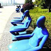مقاعد عامة 'عارية' تثير جدالا ساخنا في جنوب الصين