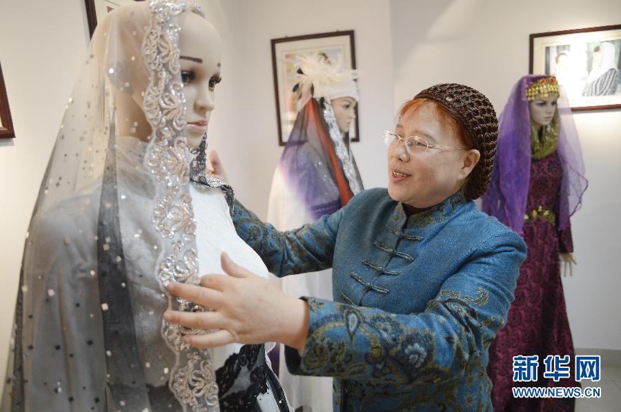 مصممة صينية تتابع أحدث موضة لأزياء المسلمات  001aa0ba1bb112d700bc16