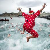 سباق سباحة احتفالا بالكريسماس في أسبانيا