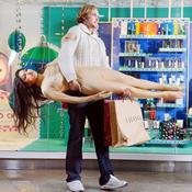 مركز تسوق بريطاني يستعين بتماثيل عرض أزياء 'حية'