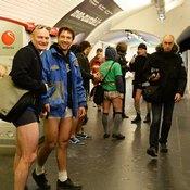 ركاب مترو أنفاق باريس يحتفلون باليوم العالمي لخلع السراويل (خاص)