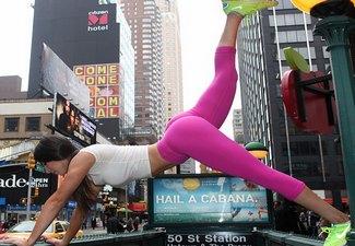 فتاة أمريكية تحظي بفرص تصوير إعلانات لعلامات تجارية رياضية شهيرة بكفلها المثالي