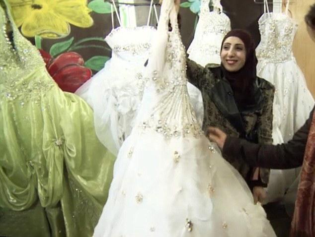 63499e302 متجر فساتين زفاف في مخيم الزعتري للاجئين السوريين بالأردن <font  color=