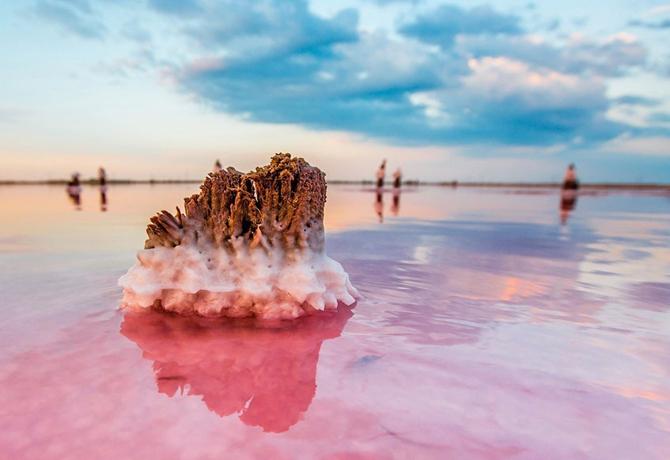 مناظر خلابة من بحيرة مياه مالحة في شبه جزيرة القرم