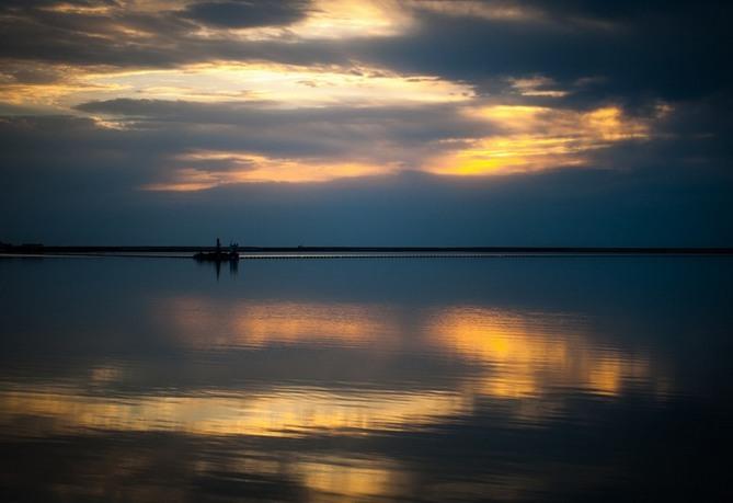 بحيرات مالحة ملونة في صحراء لوب نور (خاص)