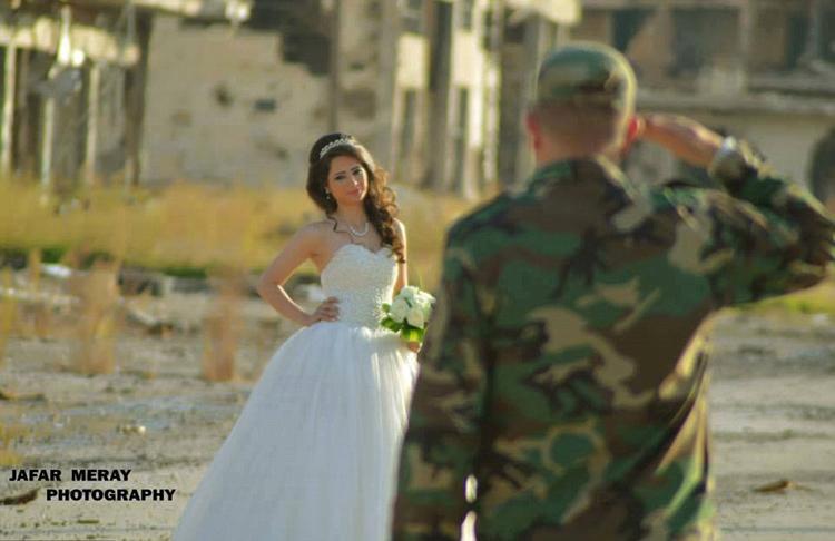 زوجان سوريان يلتقطان صور زفافهما في أطلال مدينة حمص 7427ea2107f117f45b282b
