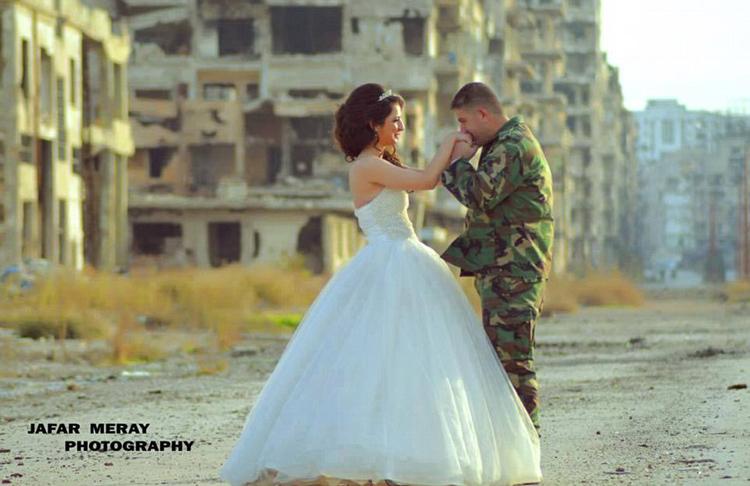زوجان سوريان يلتقطان صور زفافهما في أطلال مدينة حمص 7427ea2107f117f45b282e