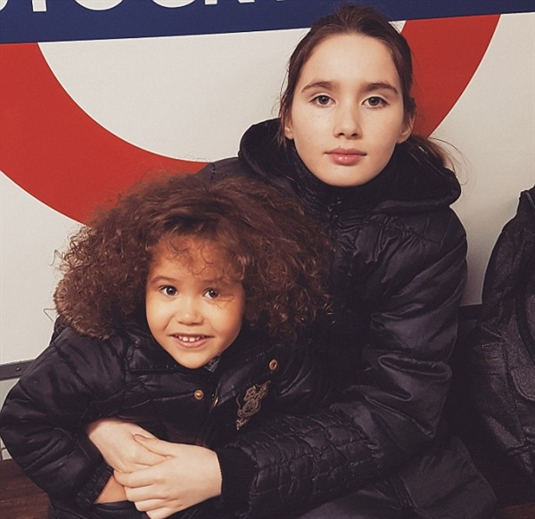 أطول طفلتان في بريطانيا c03fd54abe5a19dee57a