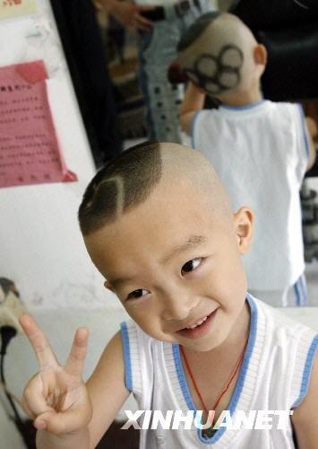 un petit gar on chinois se fait une coiffure originale. Black Bedroom Furniture Sets. Home Design Ideas