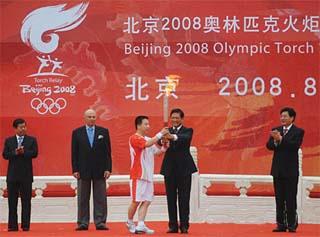 Le premier jour du relais de la flamme olympique à Beijing durera quatre heures avec 433 relayeurs