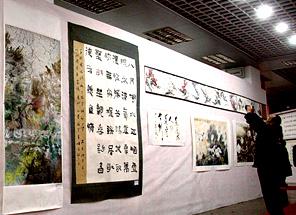 Ouverture de l'exposition de peintures et de calligraphies dédiée à la lutte contre la pauvreté en Chine