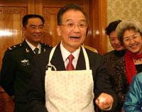 Le premier ministre Wen Jiabao confectionne des raviolis à l'ambassade de Chine à Londres à l'occasion du Nouvel An chinois