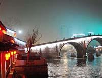Le grand canal Beijing-hangzhou s'est paré des illuminations pour célébrer la fête des lanternes
