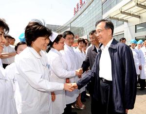 Wen Jiabao rend visite à la première malade de la grippe A/H1N1 de Beijing