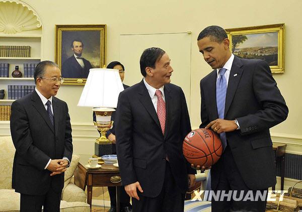 Obama offre un ballon de basket en cadeau à Wang Qishan, vice-premier ministre chinois