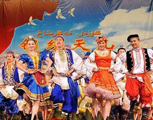 Urumqi : les chants et les danses du Xinjiang pour l'armée des fils du peuple