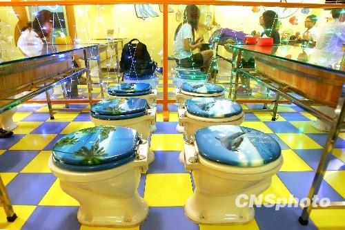 Depuis quelques jours, un restaurant ayant pour thème les toilettes devient de plus en plus à la mode parmi les jeunes Pékinois.