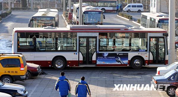 Le bus à énergies nouvelles a un profil similaire à un bus ordinaire, mais le premier use moins d'énergie que le dernier.