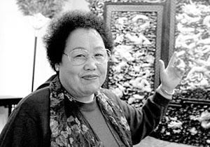 Chen Lihua, avec un actif net de 1,1 milliard de dollars, a principalement investi dans la rue Jinbao à Beijing. Elle est également l'instigatrice du musée du Padouk de Chine et est considérée comme une « diplomate culturelle ».
