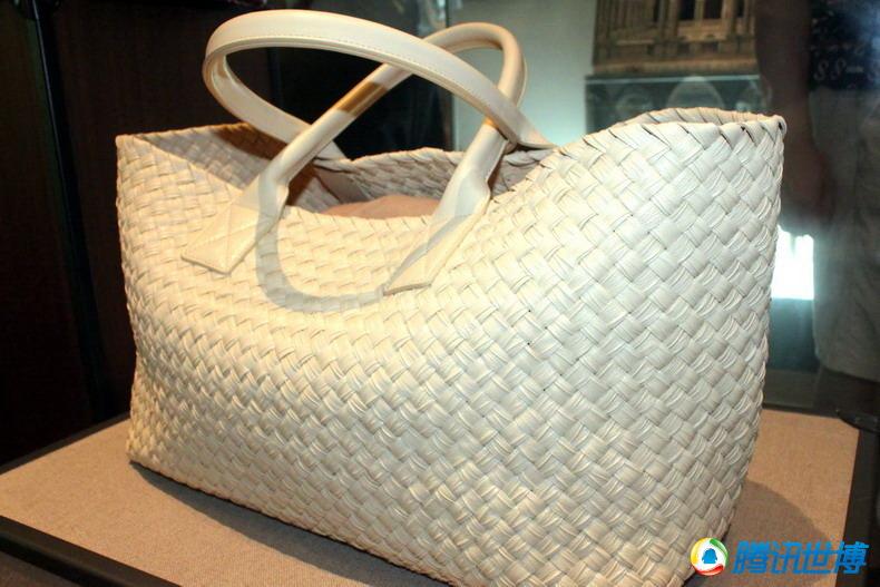 6e7fd82ad38 Fabrication de sacs de cuir tressés Bottega Veneta au pavillon de l Italie