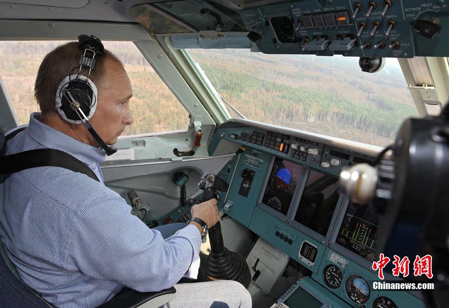 Vladimir Poutine pilote un bombardier d'eau 1