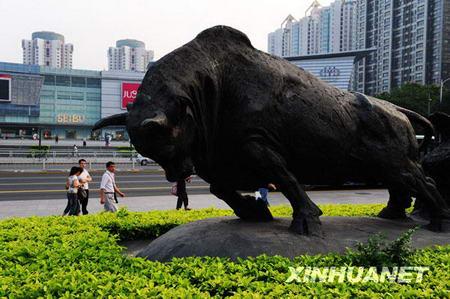 La statue du « bœuf qui défriche » au centre ville de Shenzhen