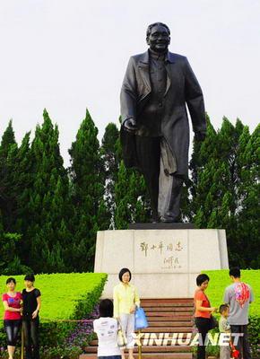 Les habitants et touristes se font photographier devant la statue de Deng Xiaoping en haut de la colline du parc de Lianhuashan à Shenzhen.