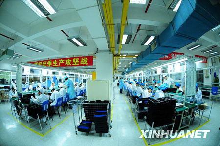 Les ouvriers travaillent dans l'usine de téléphones mobiles de la compagnie KONKA.