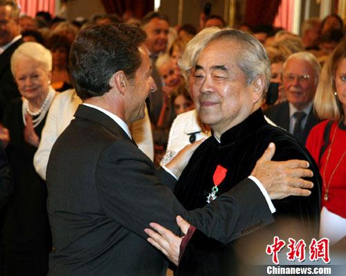 Le président français Nicolas Sarkozy a décerné le 9 septembre à l'Élysée la médaille de Chevalier de la Légion d'honneur française au peintre chinois Fan Zeng, pour récompenser ses contributions aux échanges culturels entre la Chine et la France.